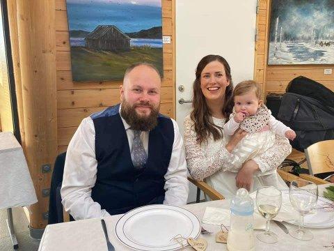 MYE Å FEIRE: Lørdag ble det både dåp om giftemål på Christoffer Johansen Aa og Mari Kristine Johansen Aa. Her sammen med deres datter, Hanna.