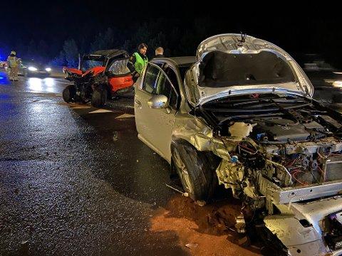 SAMMENSTØT: Kjøretøyene hadde omfattende skader etter sammenstøtet.