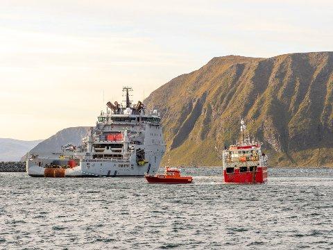 REDNING: Her slepes Sara Karin til kai i Honningsvåg ved hjelp av kystvaktskipet KV-Jarl og Isfuglen