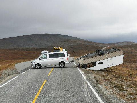 MYE VIND: Veien skal være sperret for etter at campingvogn blåste av ende like over klokka 14:00 onsdag.
