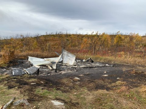 BRANT NED: Hytta, ved Sávetjavrrit i Tana kommune på grensen til Nesseby, brant ned til grunnen tidligere denne uka.