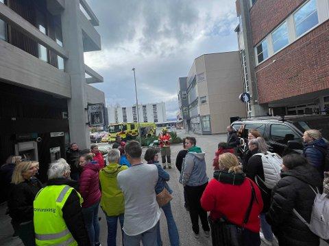 ORIENTERTE OM SITUASJONEN: Like etter at alarmen var avskrudd, ble de evakuerte informert om at de kunne gå inn igjen.