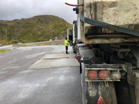 ALT I ORDEN: Lastebilene, som denne, hadde tingene i orden og slapp bøter under kontrollen i Honningsvåg denne uka. Smekken gikk isteden til én buss, og tre privatbiler.
