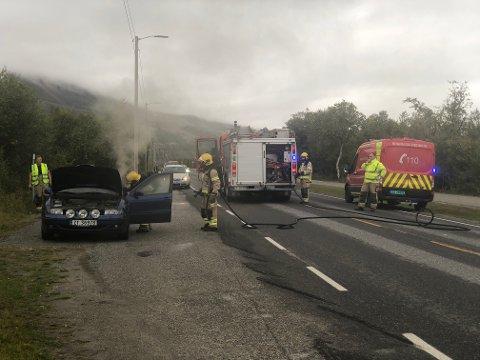 RØYK: Det røyk fra bilen når dørene ble åpnet av brannvesenet.