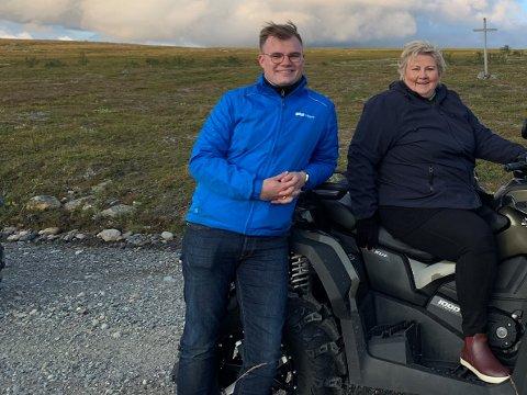 """KOMMENDE STJERNE: """"Erna er stjerna"""", er et kjent Høyre-slagord. Nå sier Erna selv at Vetle Langedahl kan være en kommende stjerne i partiet og er et minister-emne. Her er de to fotografert på ATV-tur på finnmarksvidda."""