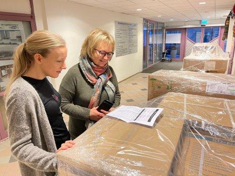 VAKSINE: Trude Haukebø Samuelsen (t.v) og Lise Voktor ser over den første forsendelsen av vaksineutstyr som kom til Harstad