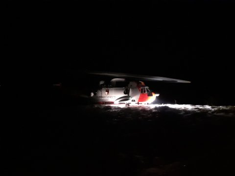 AKSJON: Sea King-helikopteret tar her ombord redningsmannskap i redningsaksjonen fredag.