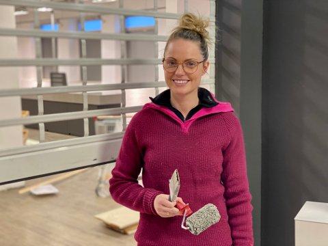 GJØR JOBBEN SELV: Butikksjef Charlotte Edvardsen i Hjemmekjær gleder seg til å åpne de nye lokalene i midten av november. – Vi har en del å få på plass før den tid, sier hun.