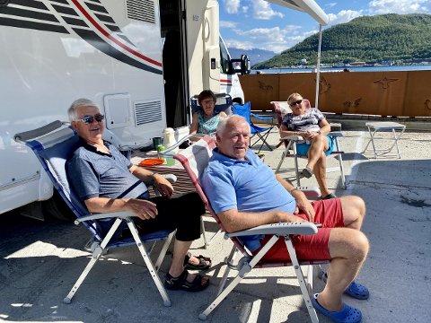 Helge Fivelsdal og Reidun Skaare Flote fra Gulen og Sverre Eide og Guri Jensen fra Sortland koser seg i sola. De sa at de trives på de nye bobilplassene midt i sentrum av Harstad, da iHarstad møtte dem i fjor sommer.