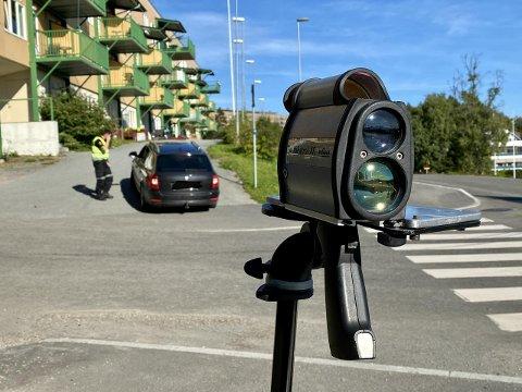 Politiet deler ut et forenklet forelegg etter en kontroll i St. Olavs gate i fjor sommer.