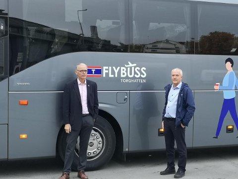 NY BUSS: Direktør for for Torghatten Odd-Herman Kristiansen og Driftsleder Sør-Troms Nils-Arne Nilsen viser frem en av de nye bussene som skal frakte passasjerer til og fra flyplassen.