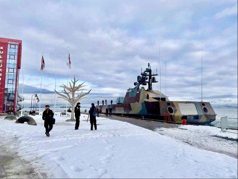 SNARVISITT: KNM Storm er på øvelse og ligger til kai i Harstad for å bunkre, sier Oberstløytnant Ivar Moen i Forsvaret.
