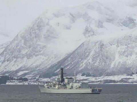ROYAL NAVY: Flere kvæfjerdinger undret seg over hvorfor det britiske krigsskipet seilet innover fjorden.
