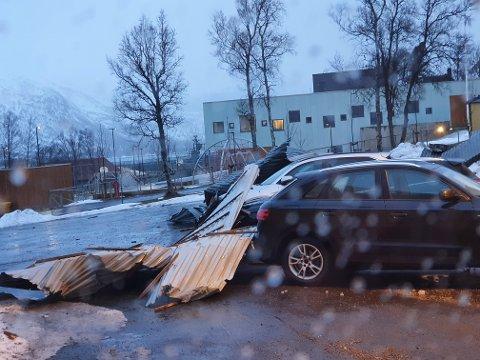 TATT AV VINDEN: Flere takplater ble revet av Tjeldsundhallen i Ramsund mens uværet sto på onsdag kveld.