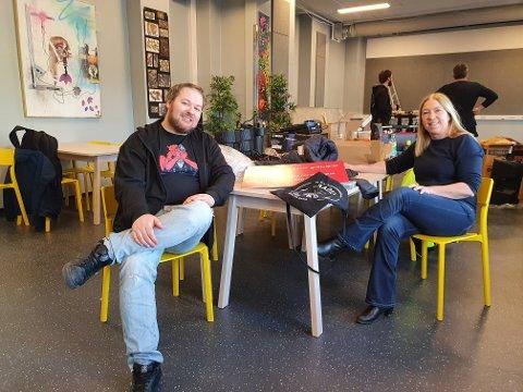NY KONSERTSAL: – Med nytt lyd- og lysanlegg vil vi endelig kunne ferdigstille det største rommet på Harstad Fritidssenter og gjøre det klart for små konserter, live DJs, filmvisning og forestillinger av forskjellig art, sier daglig leder Tommy Vandalsvik (t.h) i Radio Harstad. Her med informasjonssjef Anne-Mette Fjærli for Equinor i Harstad.