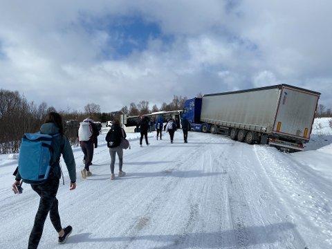 Elever som skal være på vei til Kvæfjord måtte bytte buss og gå forbi det havarerte vogntoget.
