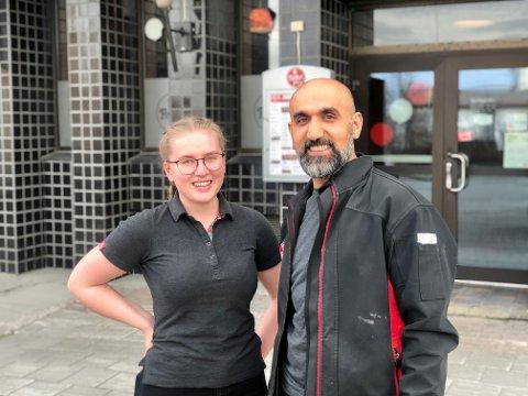 FRISK: – Det var vedlig deilig å få tilbake negativ koronatest, sier Hanna Espejord (t.v) som har jobbet på Peppes i Harstad siden 2014. Her med daglig leder Nawzad Kadir.