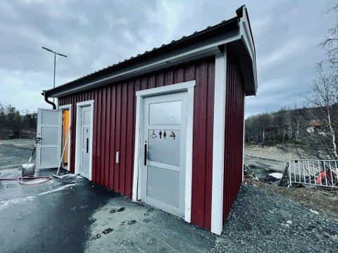 Selv om toalettene er bygd for å tåle en trøkk har noen klart å herpe døra inn til handicaptoalettet.