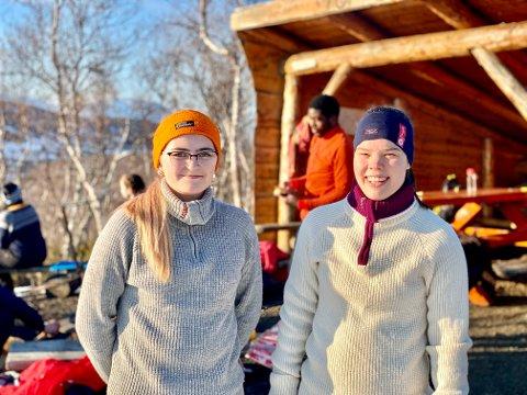 STRÅLENDE KVELD: : Julianne Stornes (t.v) og Astrid Vaskinn er begge styremedlemmer i DNT Ung. Julianne er også turleder og har vært med siden DNT Ung startet opp i 2017.