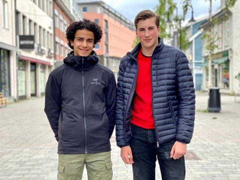 PÅ JOBB: Darin Rebaz og Noah Jensen jobber hos iHarstad i tre dager. Det resulterer i flere gode saker, som er blitt mye lest.