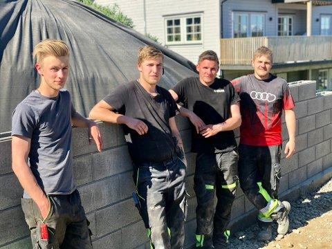 HEITE ANLEGGSGUTTER: Lærling WIlliam Trudvang (20), lærling Bjørn Are Johansen (19), snart faglærte Jan-Kristian Fjellsaune (24) og Alexander Kvalsvik (24) på jobb i Rypelia for Solnes multiservice.