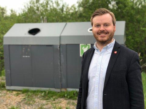 IKKE NOK: – Denne midlertidige søppelconteineren som nylig har blitt plassert ved parkeringsplassen er ikke nok. Vi må få på plass en varig avfallsløsning både her og inne ved badeplassen, sier FrPs Kristian August Eilertsen.