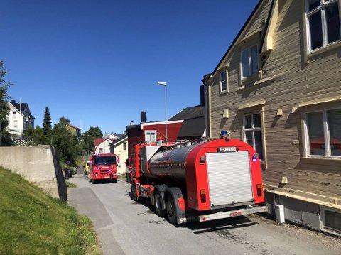 RYKKET UT: Torsdag ettermiddag kunne det høres flere sirener i Harstad sentrum da utrykningsenhetene fikk melding om brann.