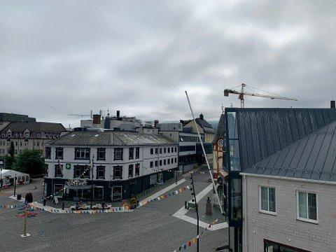 TUNGT: Mandag ettermiddag ligger tåka fortsatt tungt over Harstad by.