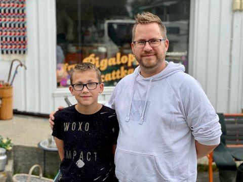 HJELP: Da Maximillian Eriksen Solvold (t.v.) støtte på utfordringer i sommerjobben sin fikk han god hjelp fra Harstad-butikken. Pappa Roy-Even Solvold (t.h.) fortjener også sin del av æren.