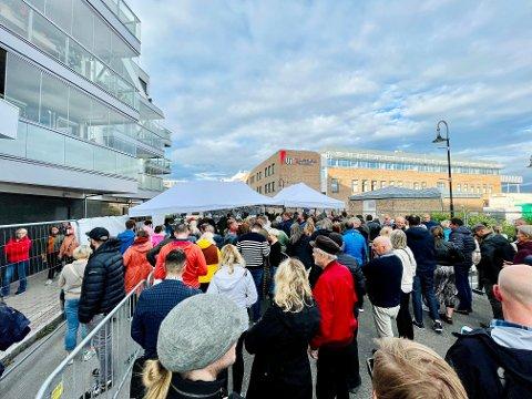 TRANGT: Det var tidvis trangt mellom folk i køene som ledet inn til festivalområdet til Bakgården.