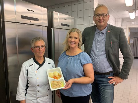 BESTÅR: Kjøkkensjef Vigdis Liavik, Torill Larsen og Terje Bartholsen med en middagsporsjon klar for utkjøring i Evenes.