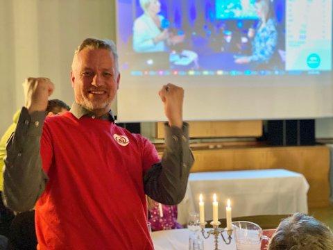 SUKSESS: En storfornøyd leder Eskil Remme Kleven for Harstad Arbeiderparti på partiets valgvake i speilsalen på Hotel Arcticus.