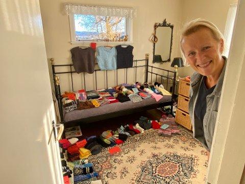 SJAPPE HJEMME:  Ingunn Haugstkott ønsker velkommen til sin provisoriske husflidssjappe hjemme på et soverom.