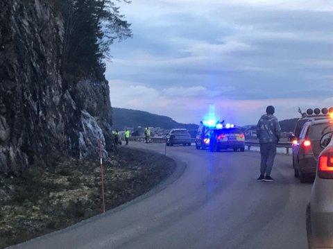 En bil har kjørt inn i bergveggen på Sjøvegen mellom Laberget og Ekne.