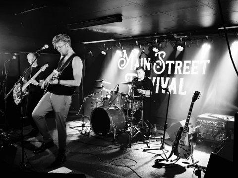 LIVETRØKK: Main Street Revival har allerede markert seg som et heftig liveband. Her fra en konsert på Havna scene. Fra venstre Per Martin Lyngås, Mats E. Haugskott og Christian Almli.