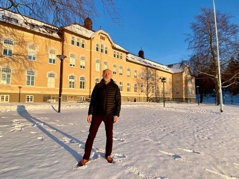 STRÅLENDE ÅR: Odd Sigfast Håpnes avslutter sin fargerike yrkeskarriere med sju år på Røstad. For ham har disse årene vært strålende.