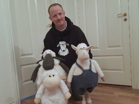 SAUESAMLER: Vegard Austmo (41) ble ikke sauebonde, men han kompenserer med å samle på sauer hjemme i eneboligen.