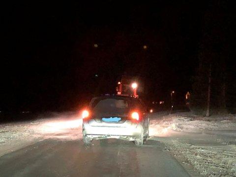 To biler kjørte i grøfta ved Alstadhaug kirke torsdag kveld. Lokal nabo med traktor hjalp til med få bilene på veien igjen.