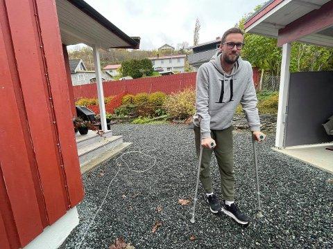 ÅTTE UKER MED KRYKKER: Håndballspilleren Kristian Søraker er hjemme på Skogn etter å ha blitt kneoperert i Trondheim. Nå må Sandnes-spilleren belage seg på at store deler av sesongen ryker.