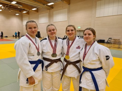 MEDALJEVINNERE: Pernille Ertzaas, Emmeli Ertzaas, Elise Bjørås og Lina Bjørås med medaljene de tok under norgescupstevnet i Bodø.