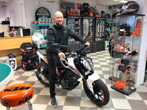 OGSÅ BRUKTSALG: Jørgen Pedersen, som blant annet forhandler MC, ATV og vannscootere, har fått bevillingen for salg av brukte motorkjøretøy.