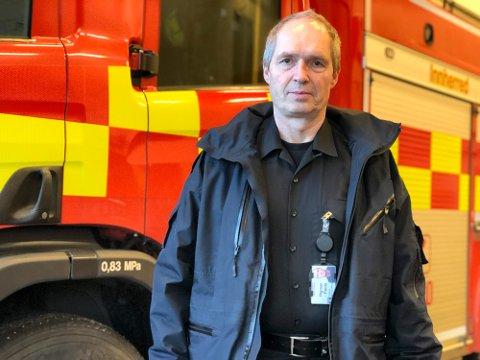 BRANNSIKKERHET: Brannsjef Rigman Pents sier at ved å bruke noen minutter på brannsikkerhet, kan du nyte vinterferien med god samvittighet.