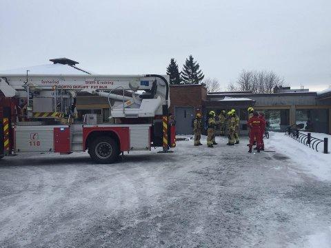 RYKKET UT: Brannvesenet rykket ut til Sykehuset Levanger mandag. De fikk raskt kontroll.