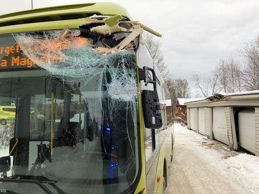 En buss har kjørt inn i en bygning i Jernbanegata tirsdag.