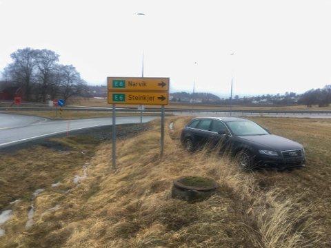 Bilen sto fortsatt på stedet lørdag formiddag. Den ble fjernet fra stedet i 09-tiden.