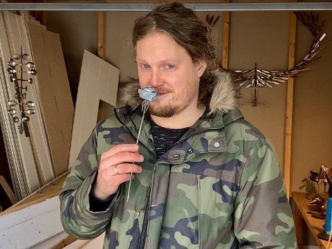 """BRYLLUPSDAGSROSE: """"Sveiseren"""", Lars Jørgen Braseth (37), tryllet en rose ut av en varmtvarmsspreder, til kona, til første bryllupsdag."""