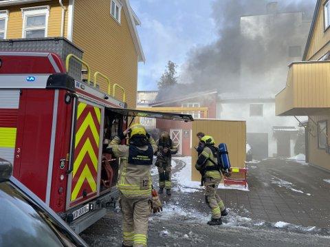 Brannvesenet rykket ut til brann i Levanger sentrum torsdag formiddag. Klokken 11.22 fikk brannvesenet kontroll på brannen.