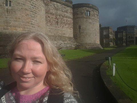 SLOTTSFRELST: Line T. Bratli (42) er rimelig frelst på slott og borger. Når de er på ferie blir det gjerne slike bilder.