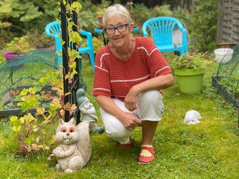FARGEGLAD: Lillian Helen Jønvik Karlsen (67) er en fargeglad ny pensjonist som koser seg i nuet.