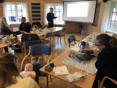 SPARING: Borghild og Alfred bryr seg ikke så veldig om sparing og forsikring ennå, men mødrene Ingeborg Ålmo og Camilla Buan, syns det var greit å få en påminnelse om hvilke forsikringer det er lurt å ha og hvordan man kan velge de beste spareløsningene på vegne av barna. I Bakgrunn, Espen Næss fra SpareBank1.